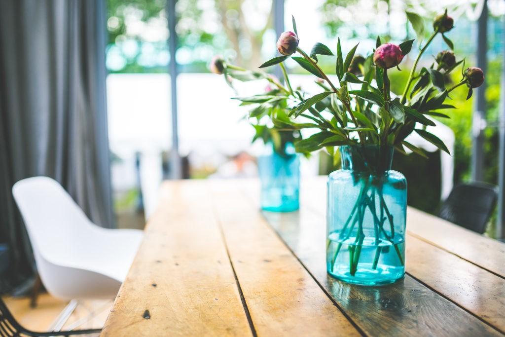 kaboompics.com_Peonies in a glass blue jar